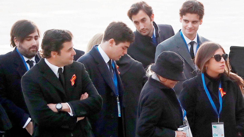 Juanjo Franco (segundo por la izquierda), junto a sus primos en la exhumación de Francisco Franco. (EFE)
