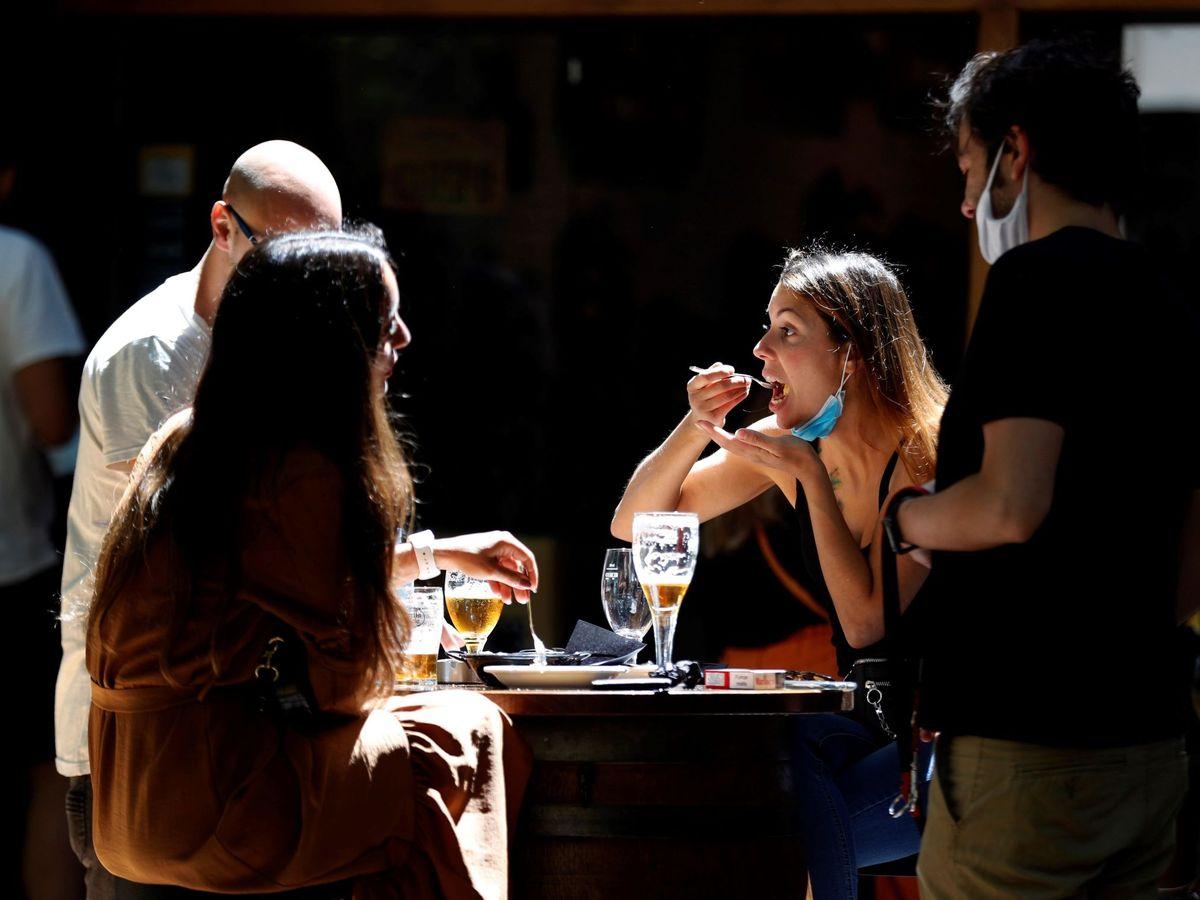 Foto: Domingo de terrazas y bares en barcelona. EFE / Toni Albir