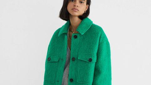Un abrigo verde a lo 'Emily en París' acaba de aterrizar en Parfois y seguro va a arrasar