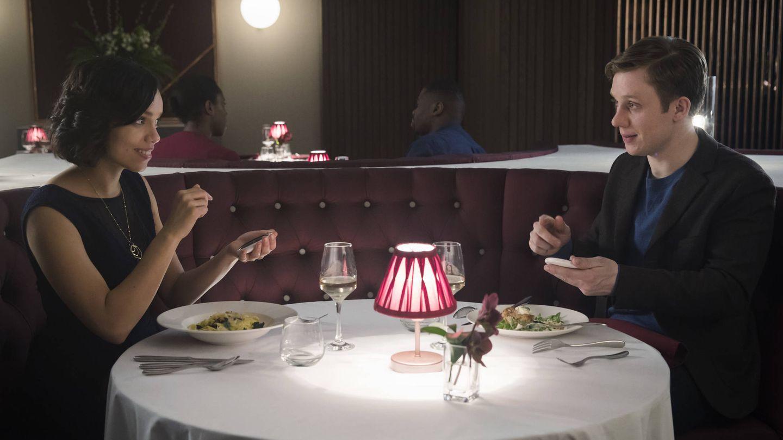 Imagen del episodio de 'Black Mirror' titulado 'Hang the Dj'.