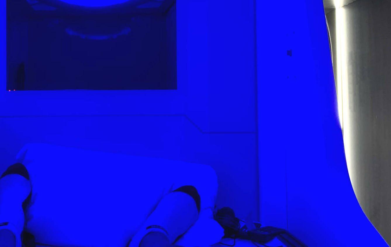Compuertas y luz espacial: una noche en el primer hotel cápsula de España