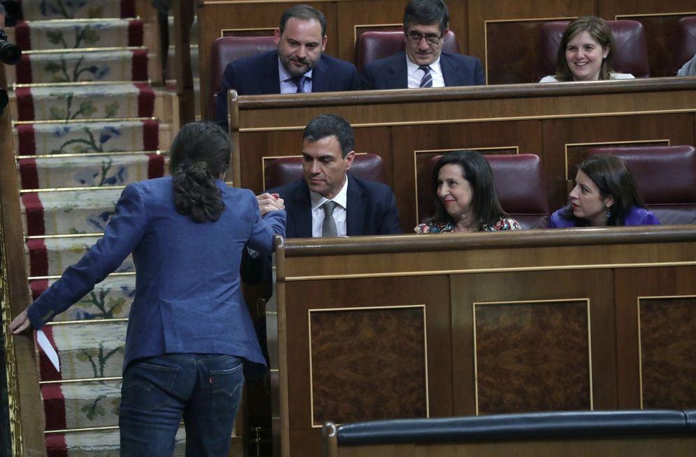 Foto: Pablo Iglesias estrecha la mano de Pedro Sánchez el pasado 31 de mayo, durante la moción de censura en el Congreso. (EFE)