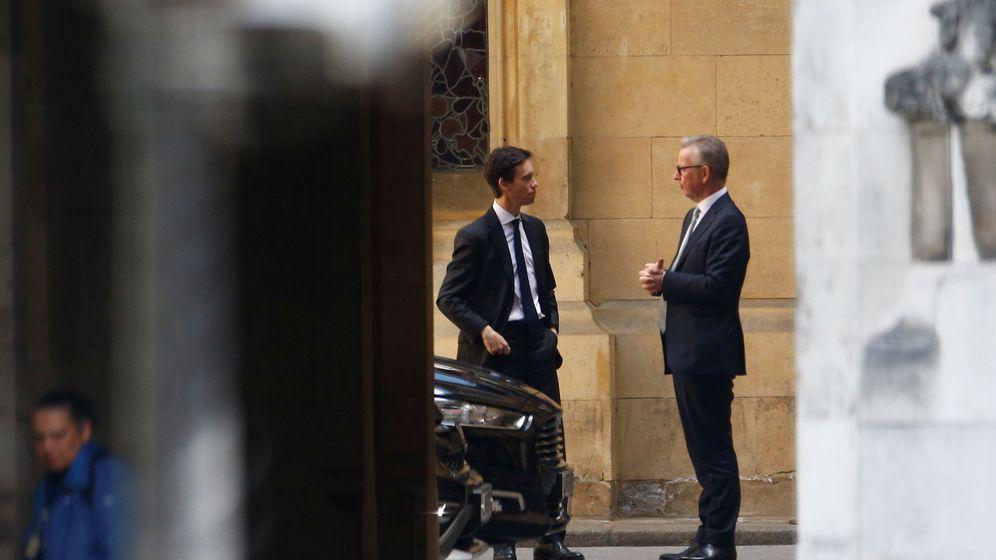 Foto: Rory Stewart hablando con Michael Gove. (Reuters)