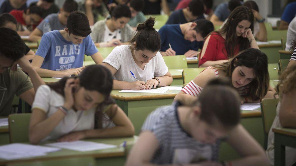 Foto: Varios estudiantes en un aula. (EFE)