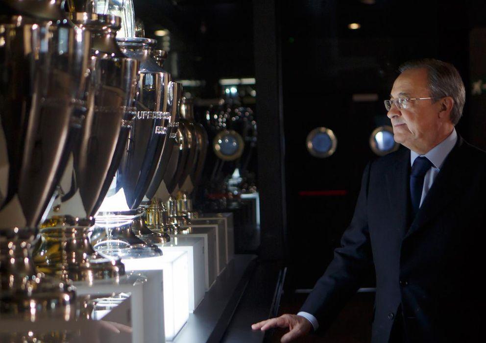 Foto: Florentino Pérez observando las copas de Europa (Realmadrid.com)
