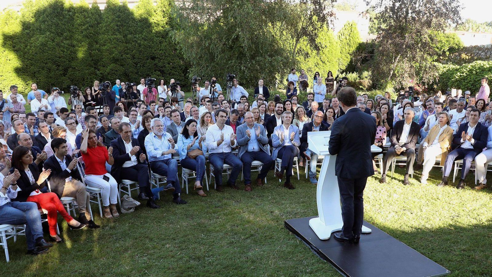 Foto: Feijóo durante su comparecencia en la que anunció su renuncia a la carrera por la sucesión de Rajoy. (EFE)