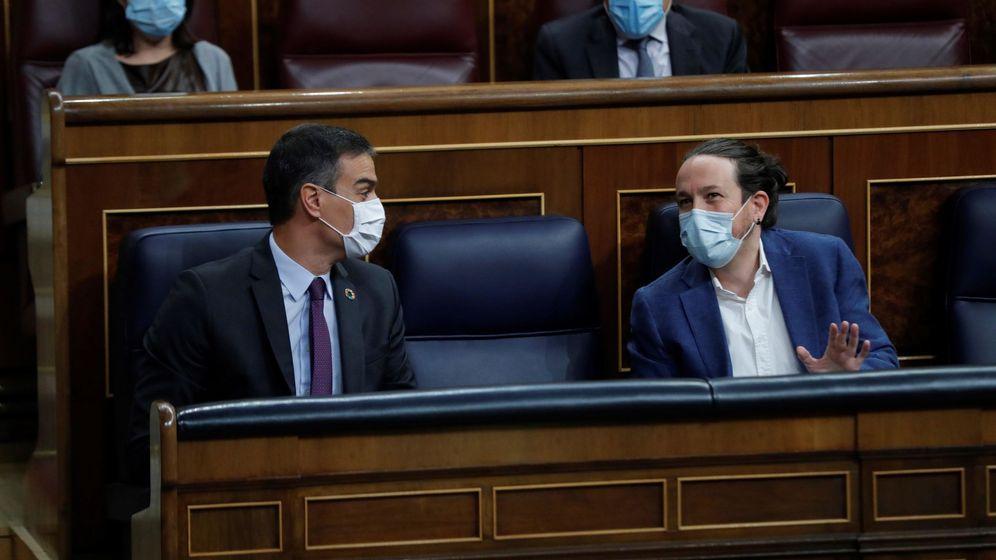 Foto: Pedro Sánchez y Pablo Iglesias conversan en sus escaños. (EFE)
