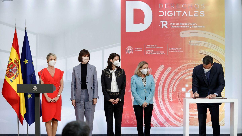 El presidente del Gobierno, Pedro Sánchez, junto a la secretaria de Estado de Digitalización, Carme Artigas (izq.); la ministra de Ciencia e Innovación, Diana Morant; la ministra de Justicia, Pilar Llop, y la vicepresidenta primera, Nadia Calviño. (EFE)