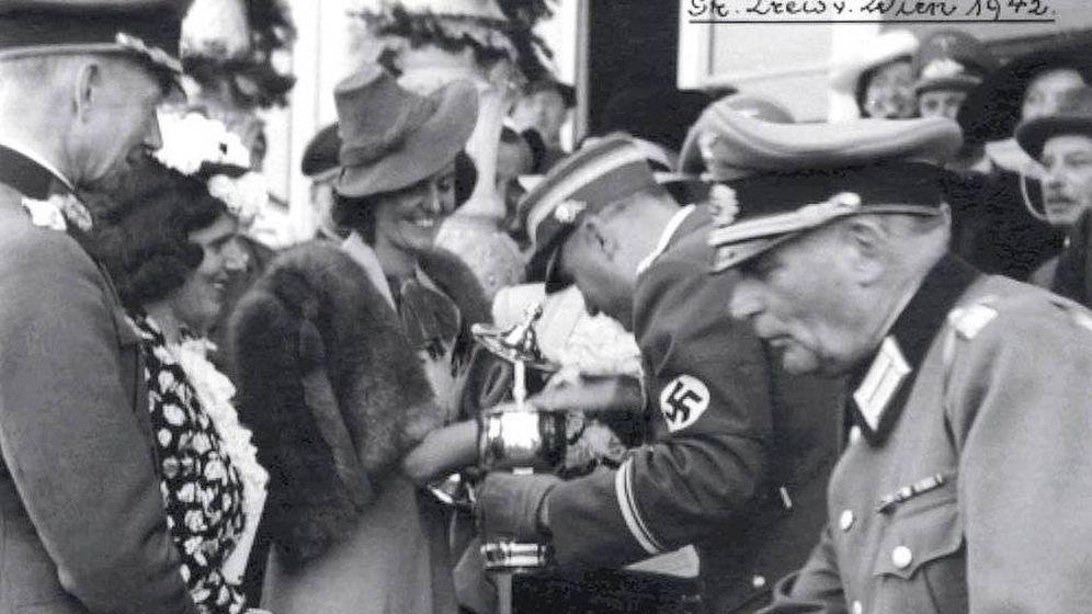 Foto: La condesa Margit von Tyssen (von Batthyany tras su boda) recibe un trofeo de manos de un jerarca nazi en la Hípica de Viena en 1942.