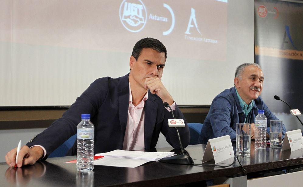 Foto: Pedro Sánchez con el secretario general de UGT, Josep Maria Álvarez, en la Escuela de Verano organizada por el sindicato en Gijón, este 9 de septiembre. (EFE)