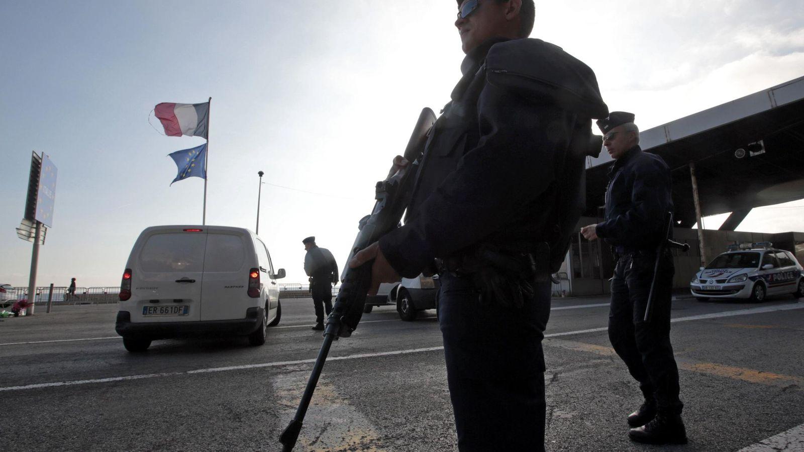 Foto: Un policía francés monta guardia en la frontera con Italia tras los atentados (Reuters)