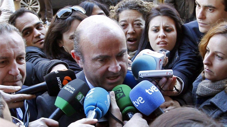 Periodistas rodean a Luis de Guindos antes de participar en el foro ABC (Efe).