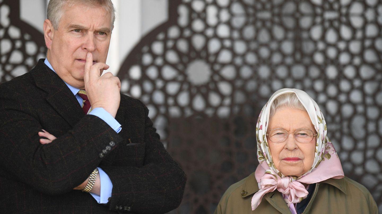La reina Isabel, junto a Andrés. (EFE)