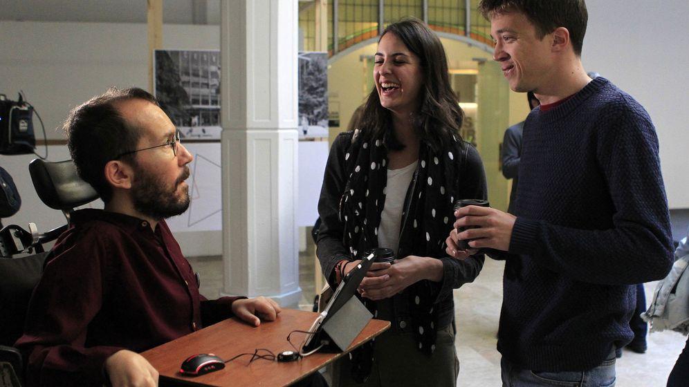 Foto: El secretario de Organización de Podemos, Pablo Echenique (i), conversa con Íñigo Errejón (d) y la portavoz del Gobierno municipal de Madrid, Rita Maestre (c), antes de la última reunión del grupo Rumbo 2020. (EFE)