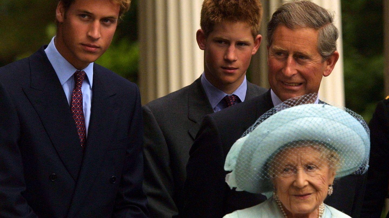 Carlos, Guillermo y Harry con la reina madre. (Getty)