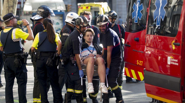 Traslado de uno de los afectados por el atentado ocurrido en las Ramblas de Barcelona. (EFE)
