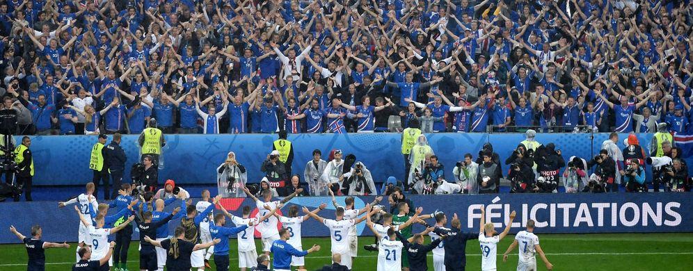 Foto: Jugadores de Islandia se despiden de su afición tras caer con Francia en los cuartos de final de la Eurocopa (EFE)