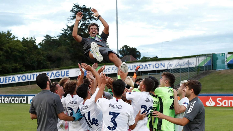 Raúl es manteado por los jugadores del juvenil tras ganar la Youth League. (realmadrid)