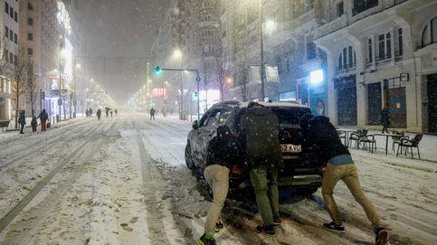 La nieve bloquea Madrid: Barajas cierra y cortan carreteras y varios trayectos de AVE