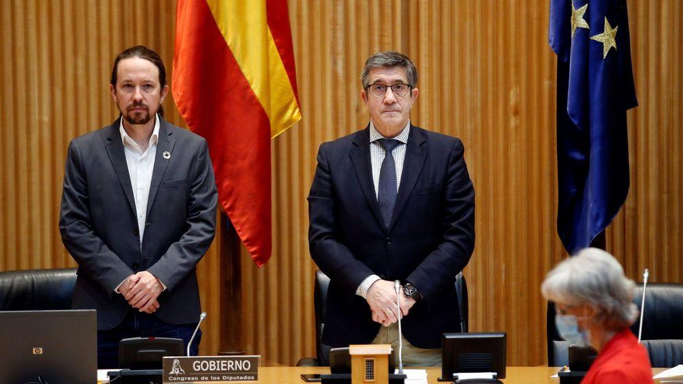 Foto: El vicepresidente segundo, Pablo Iglesias, junto al diputado del PSOE, Patxi López, en el Congreso. (EFE)