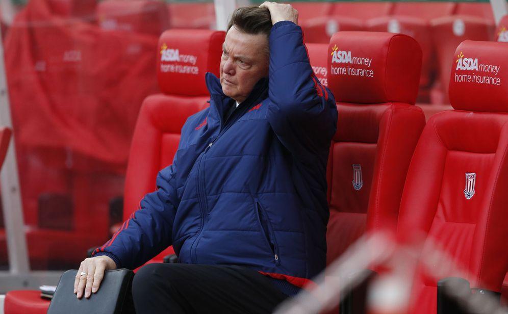 Foto: Louis van Gaal se siente completamente solo en el banquillo del Manchester United (Reuters).