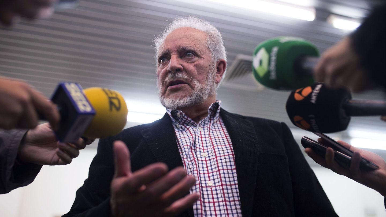 Julio Anguita atiende a la prensa en una imagen de archivo, en 2016. (EFE)