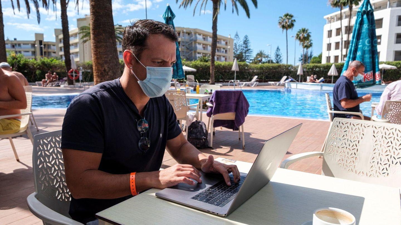 Un hombre, teletrabajando en las Islas Canarias. (EFE)
