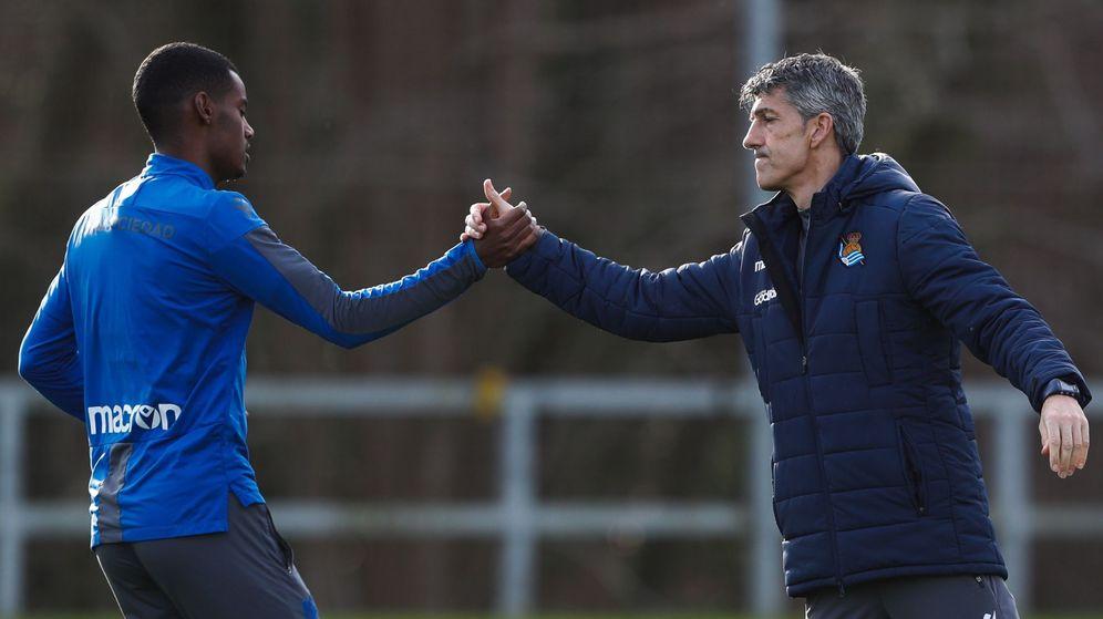Foto: Imanol saluda a Isak, antes de un entrenamiento en Zubieta. (EFE)