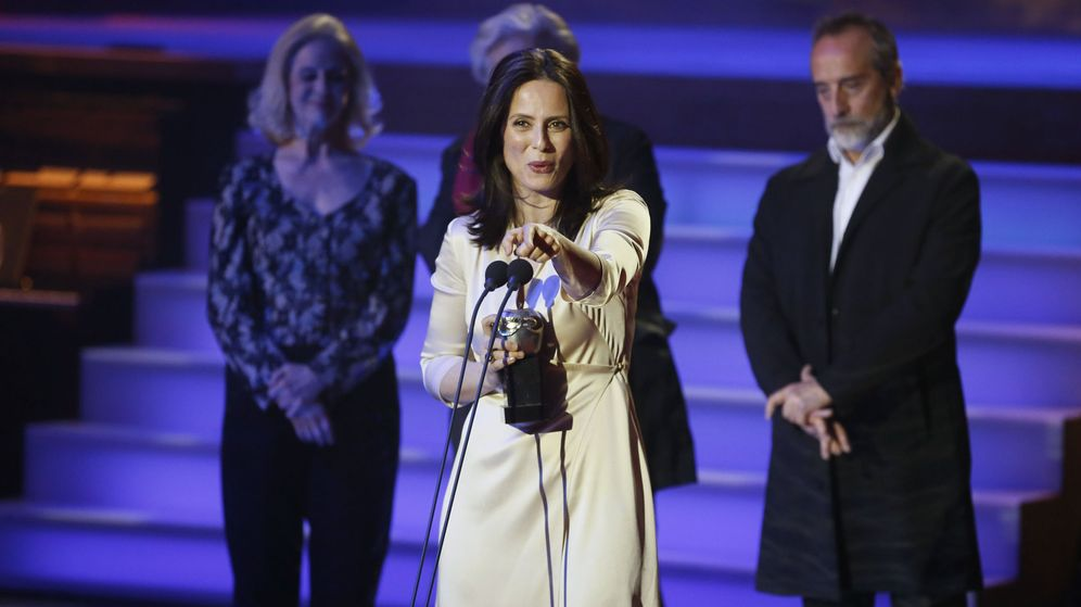 Foto: Aitana Sánchez-Gijón con su premio Max a mejor actriz protagonista (Efe)