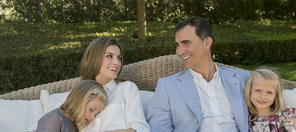 Foto: Los príncipes de Asturias con sus hijas en el jardín del pabellón del príncipe