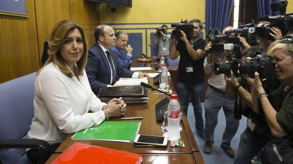 Foto: La presidenta de la Junta de Andalucía, Susana Díaz, rodeada de cámaras momentos antes de comenzar su comparecencia. (EFE)