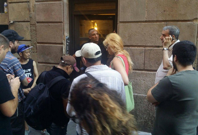 Un miembro de Desokupa impide el paso a los vecinos en la calle de la Cera, Barcelona. (Asamblea del Raval)
