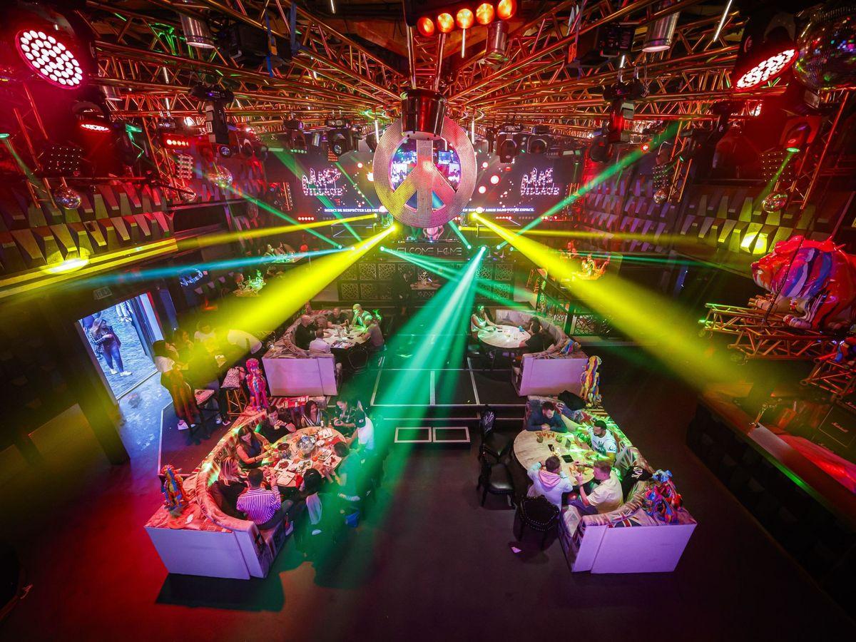 Foto:  Varias personas cenan en una discoteca reconvertida en restaurante durante la desescalada en Lausana, Suiza (EFE)
