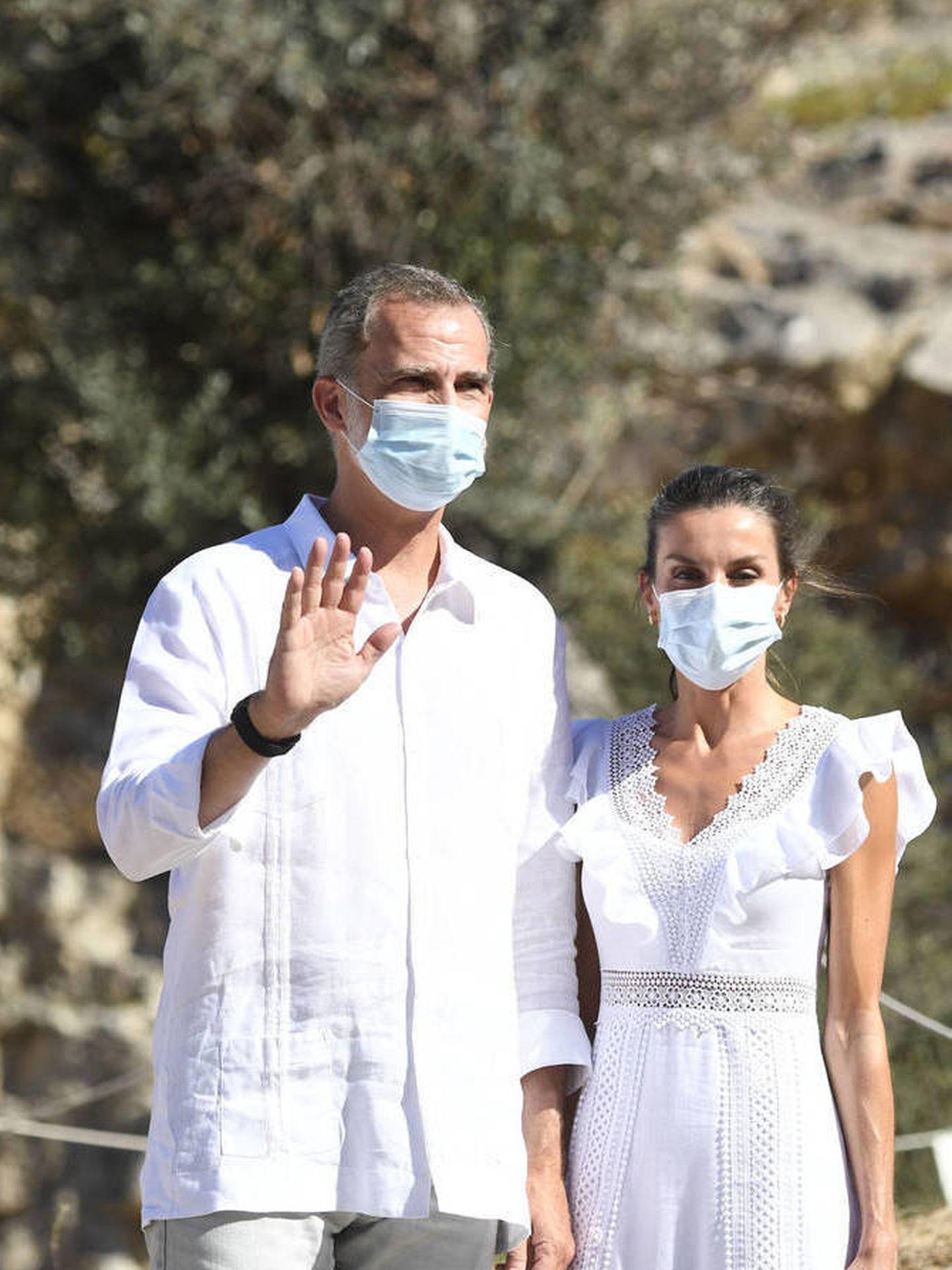 Felipe y Letizia, vestida de Charo Ruiz en Ibiza. (Limited Pictures)