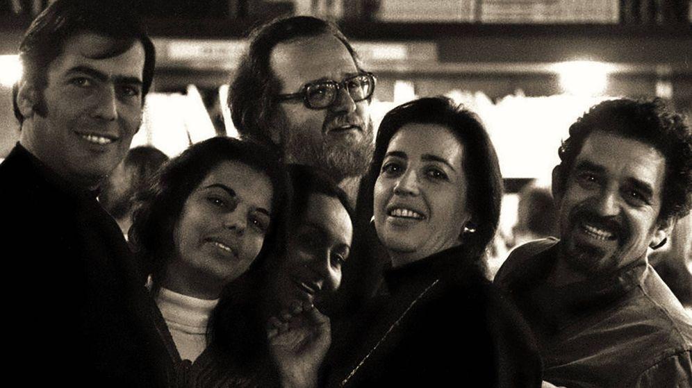 Foto: Mario Vargas Llosa, Patricia Llosa, José Donoso, Mercedes Barcha, Pilar Donoso y Gabriel García Márquez en Barcelona a principios de los 70
