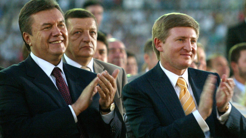 Ajmétov (d) junto al expresidente de Ucrania Viktor Yanukóvich (Reuters).
