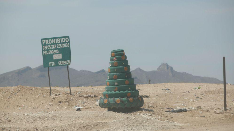 Foto: Un árbol de Navidad hecho de neumáticos a las afueras de Ciudad Juárez (José Luis González / Reuters)