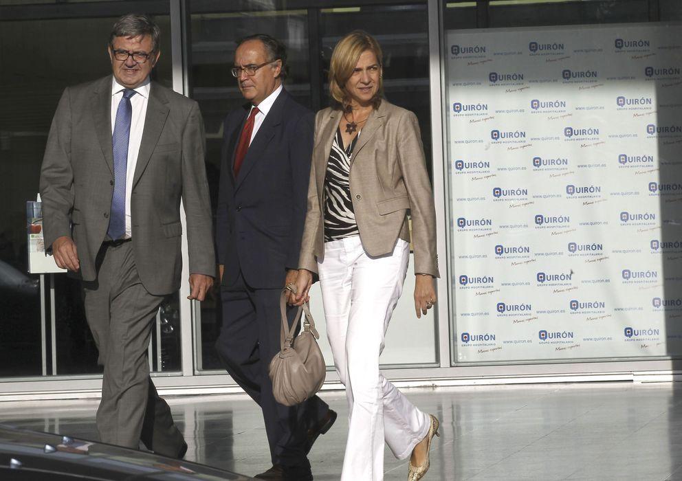 Foto: La infanta Cristina y su secretario personal, Carlos García Revenga, en el Hospital Quirón. (EFE)
