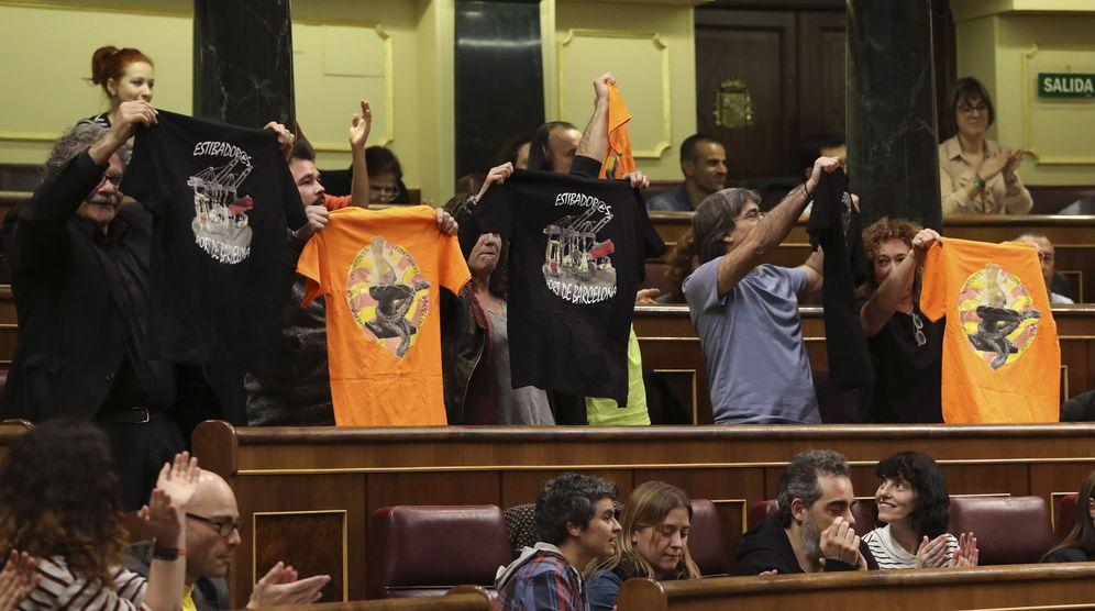 Foto: Algunos diputados muestran camisetas de apoyo a los estibadores. (EFE)
