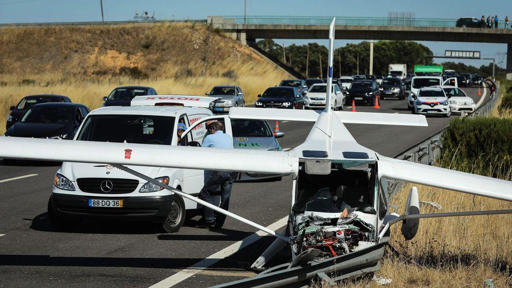 Foto: Una avioneta se estrella contra dos coches en una carretera de Lisboa (Efe)