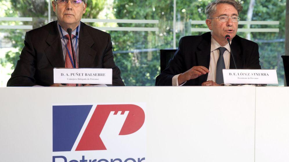 Foto: Andreu Puñet, a la izquierda, y Emiliano López Atxurra, en la presentación este miércoles de los resultados de Petronor en Muskiz. (EFE)