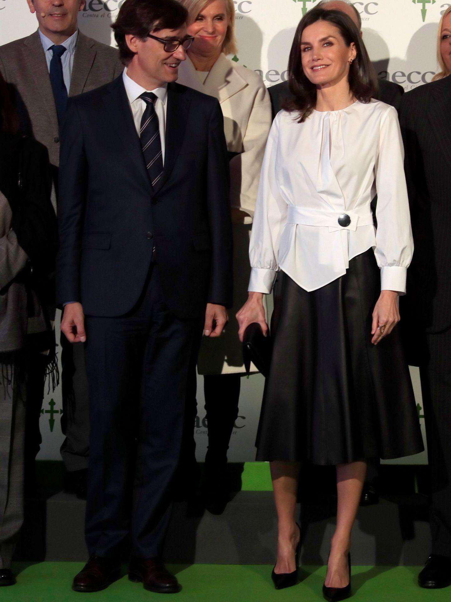 La reina Letizia en un acto de la Asociación Española contra el Cáncer con camisa blanca y falda negra. (EFE)
