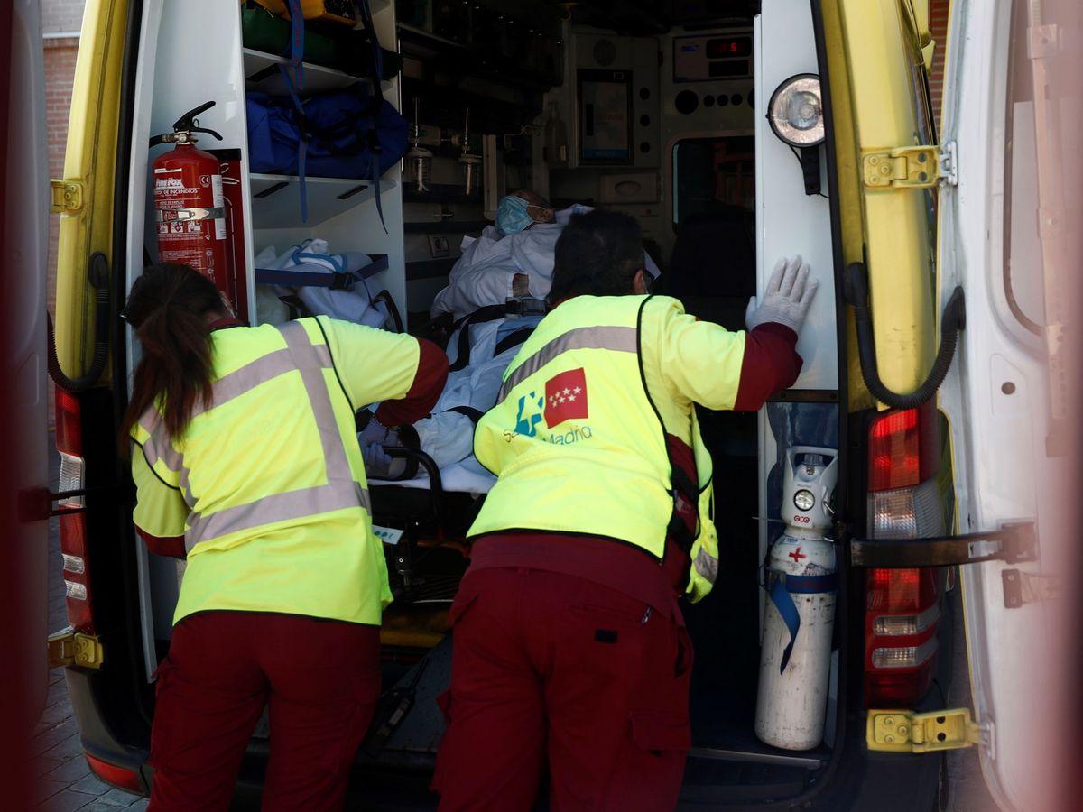 Foto:  Personal sanitario de Uua ambulancia en el centro de mayores. (EFE)