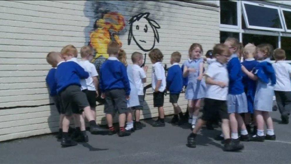 La sorpresa de Bansky a unos escolares: les 'regala' un grafiti para que su vuelta al cole no sea tan dura