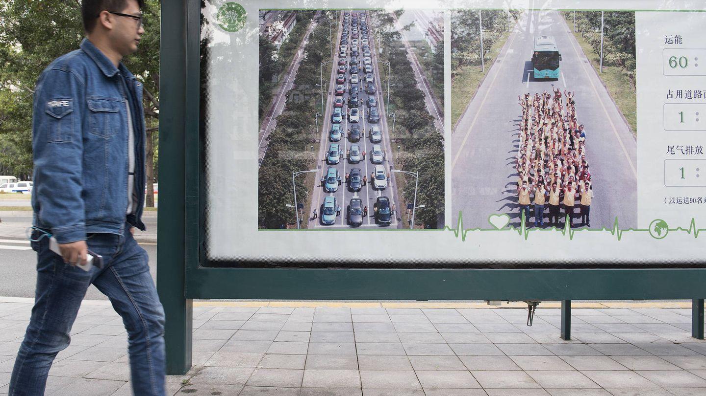 Publicidad municipal que llama a utilizar el transporte público y dejar el coche en casa. (Z. Aldama)