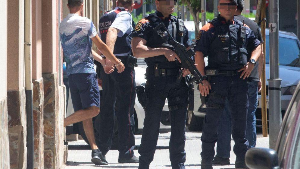 Foto: Dos agentes de los Mossos en Barcelona. (EFE)