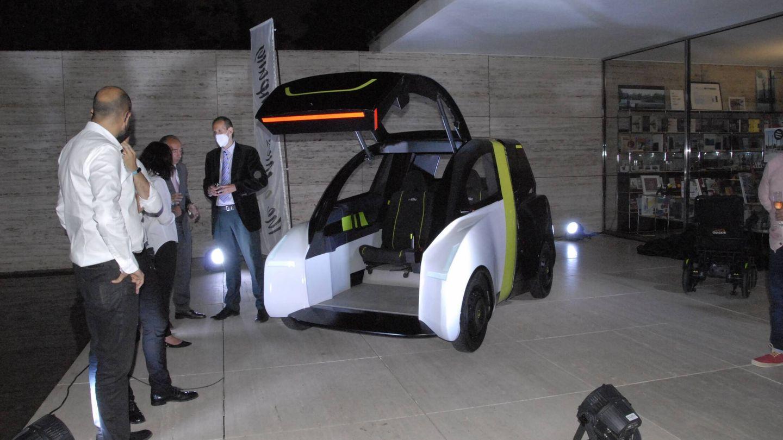 El nuevo cuadriciclo propuesto tiene un portón frontal que permite acceder incluso con una silla de ruedas, ya que se prescinde de volante, pedales y salpicadero.
