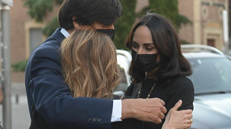 Carlos Falcó abraza a su hermana Xandra y su mujer, Amparo Corsini. (CP)