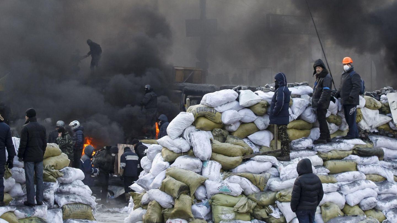 Manifestantes hacen guardia sobre nuevas barricadas en Kiev (Reuters).