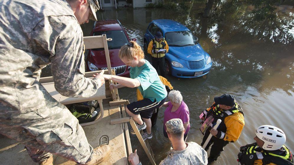 Foto: Miembros de la Guardia Nacional ayudan a los afectados por el huracán Irma en Wharton, Texas. (EFE)